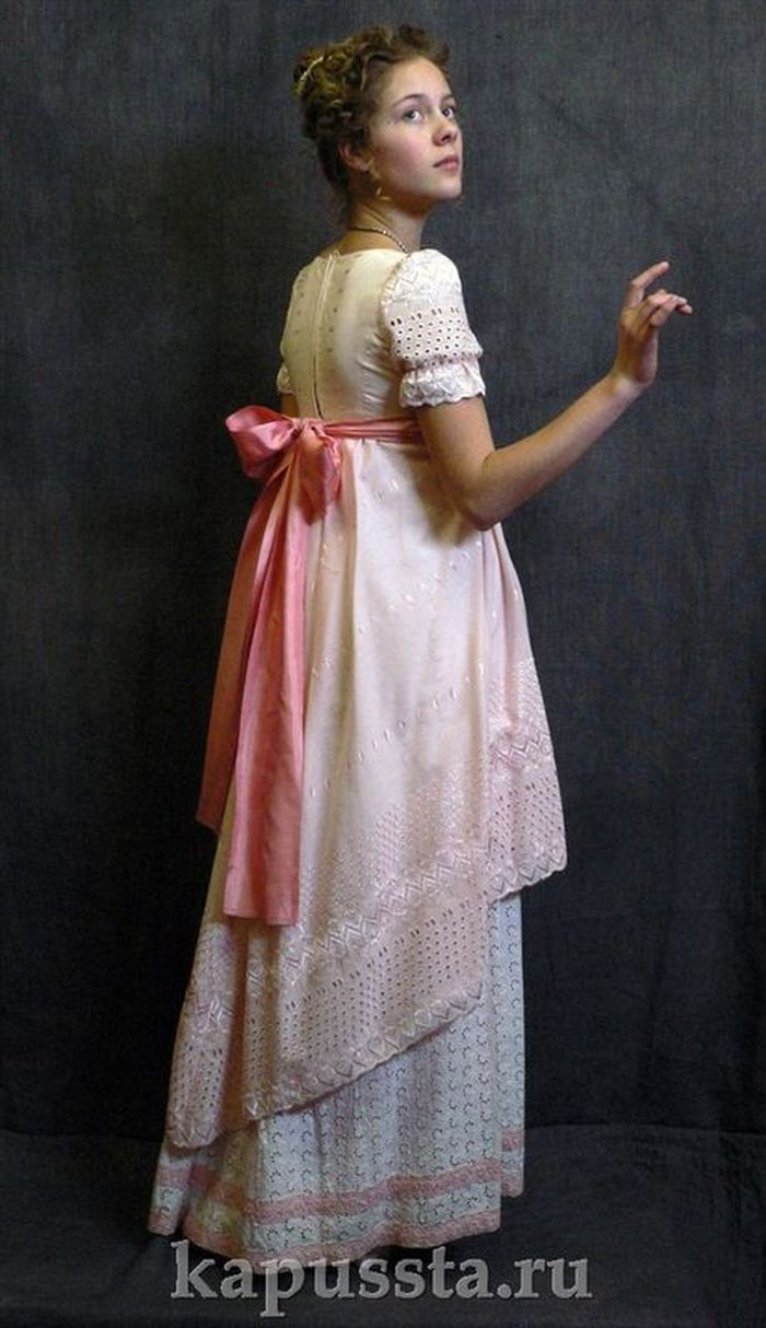 Dress with a pink bow