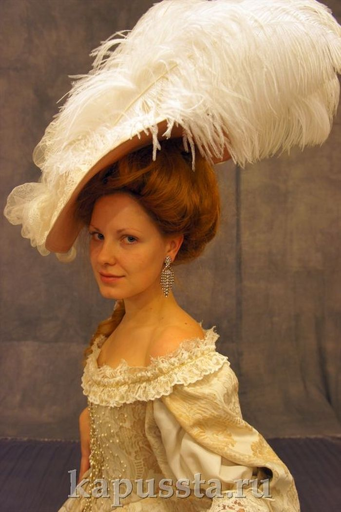 Dress in a hat with feathers