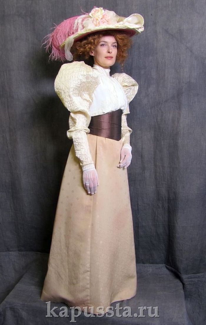 Women's costume with corsage belt